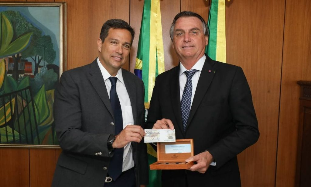 Presidente Bolsonaro ganha presente do presidente do Banco Central. Uma cédula de R$ 200